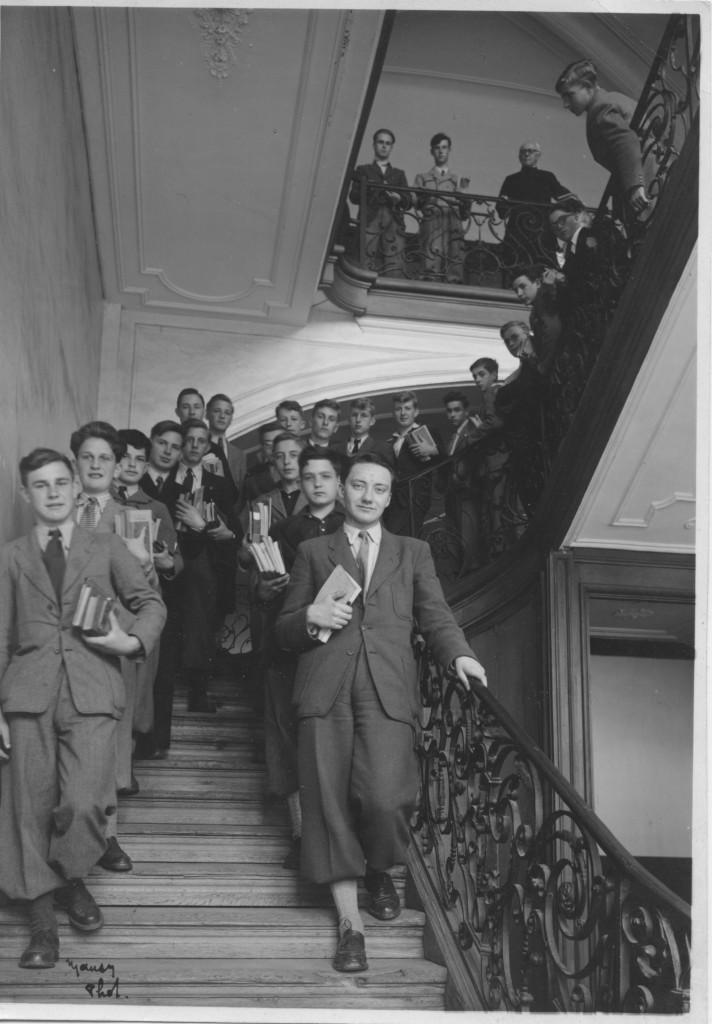 elèves dans escalier des classes